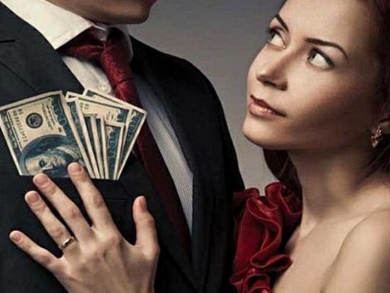 Dziewczyna wyciąga pieniądze z kieszeni mężczyzny w garniturze