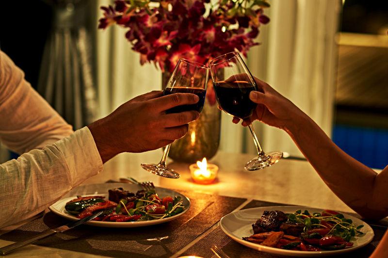 Kolacja przy świecach i dobrym winie umili czas niejednej parze