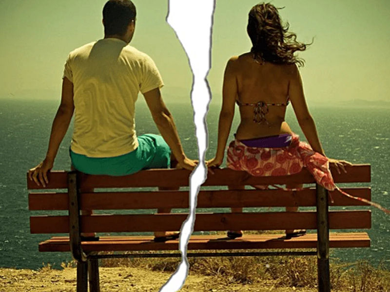 Rozdarte na pół wakacyjne zdjęcie dziewczyny i chłopaka siedzących na ławce nad morzem